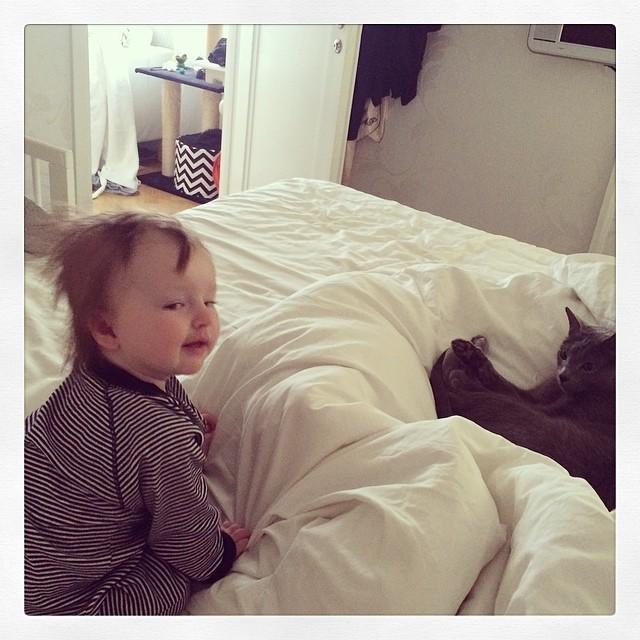 Vi vägrar gå upp idag. Alltför skönt i sängen. #adabebisen #pixelkatten