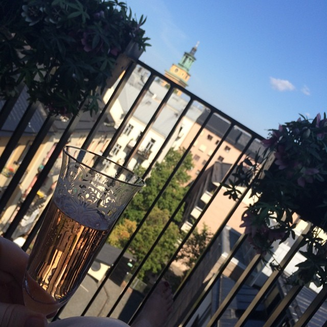 Sitter i en solstol på en gigantisk balkong med vår kyrka som utsikt och väntar på maken. #uppgraderadsomfan #bubbel #bröllopsdag #rival