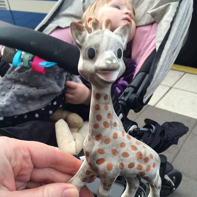 Överkörd, men återfunnen giraff som Ada slängde ifrån sig när vi gick på bussen.