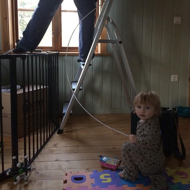 Ada hjälpte till när kabelkillen var här idag.