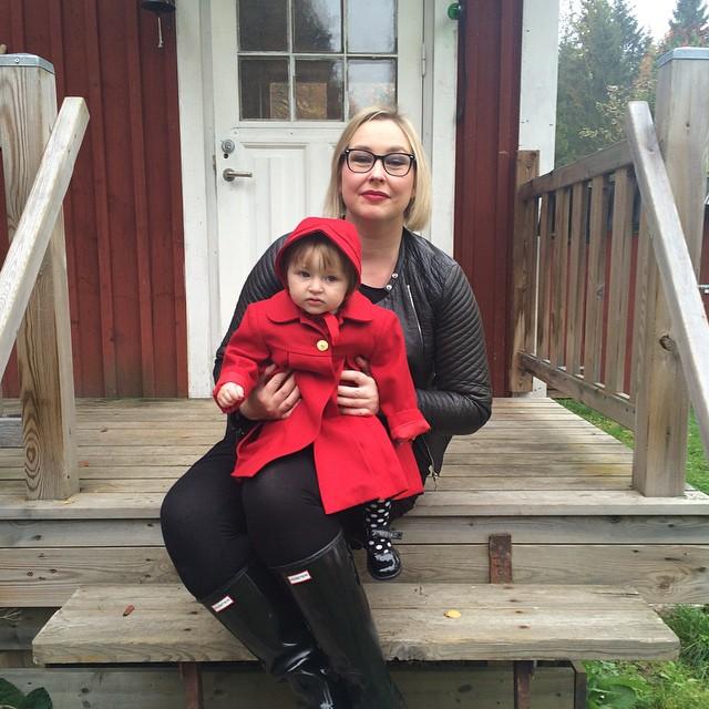 Rödluvan och hennes mamma redo för Marten. #adabebisen