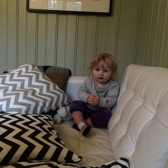 Sitter still en sekund mellan röj i soffan. #adabebisen