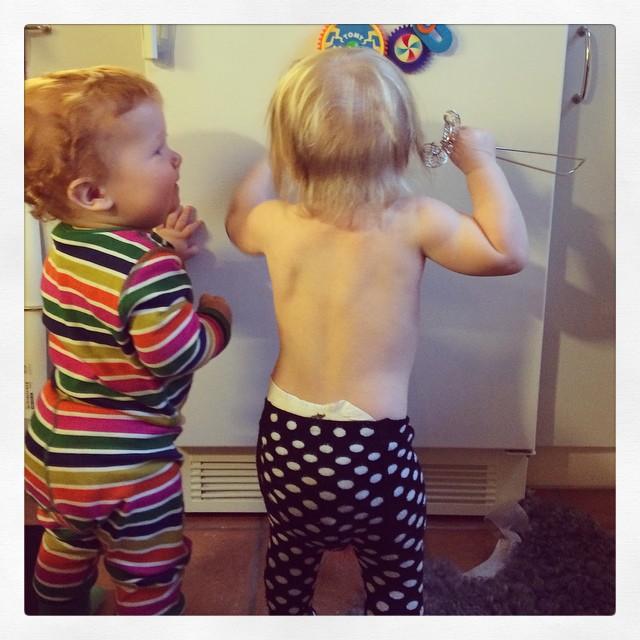 De här två små kompisarna hade skitkul idag :) #adabebisen @decemberbebis