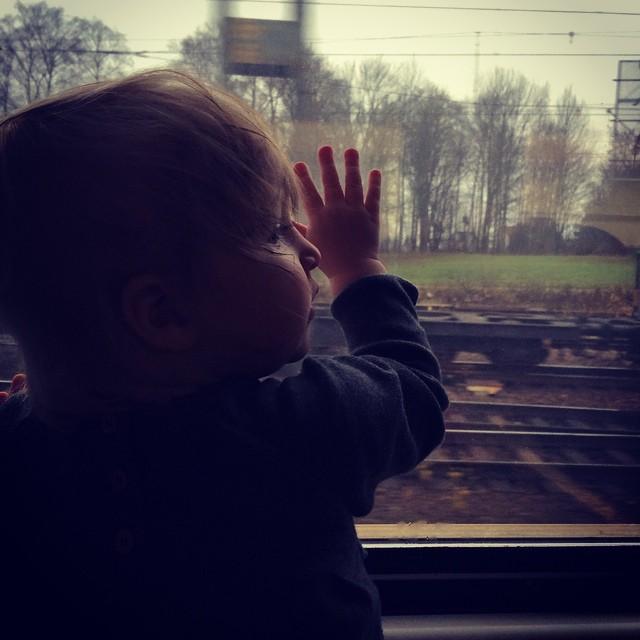 Ada åker tåg. Mot Stockholm! #adabebisen