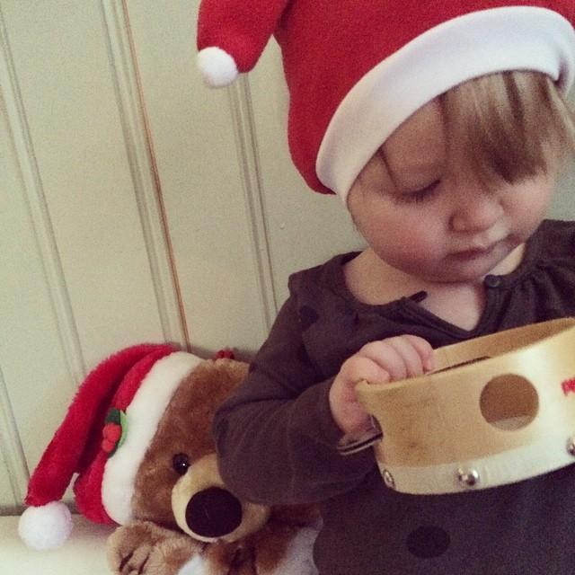 Tamburinen som låg i julstrumpan var faktiskt roligare än pappret :) #adabebisen
