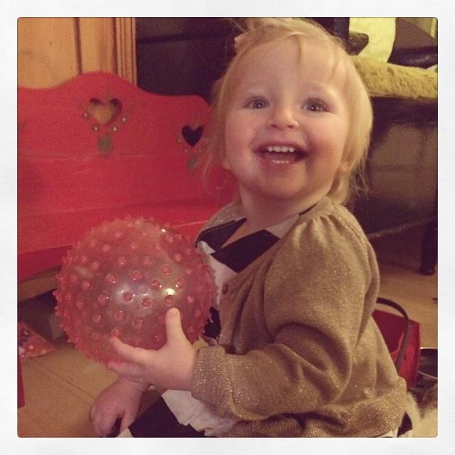 En väldigt lycklig nybliven 1-åring med sin nya boll. #adatjejen