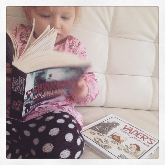 """Ada ägnar förmiddagen åt att läsa @ccarlssons """"Den fallande detektiven""""."""