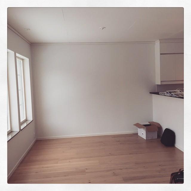 Snart ska den här väggen täckas med bokhyllor.
