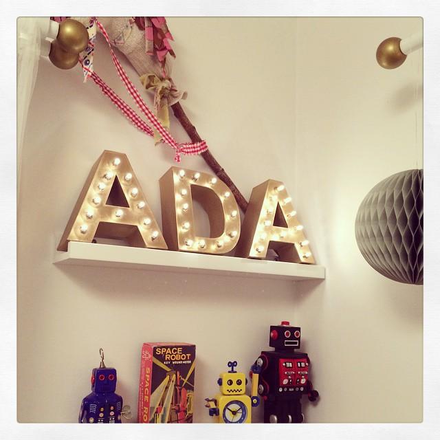 Pysslat bokstavslampor till Adas rum.