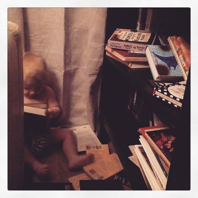 Ada och bokhyllan.