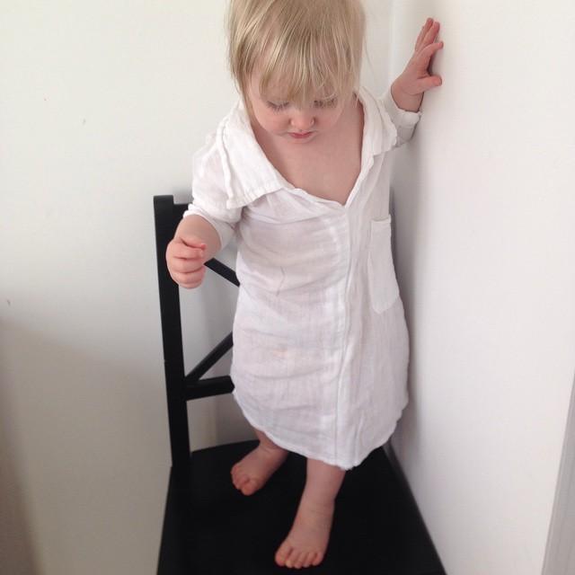 Sytt om en av pappa Marcus skjortor till nattskjorta åt Ada. #repurpose
