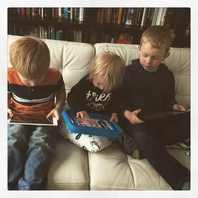 Tre Älvsjökids och deras iPads.