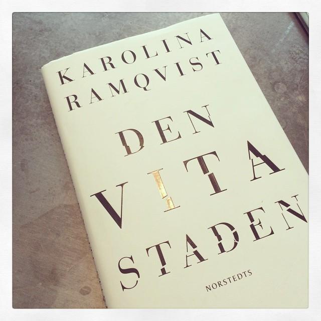 Dagens sträckläsning. Så sjukt bra. #denvitastaden #karolinaramqvist