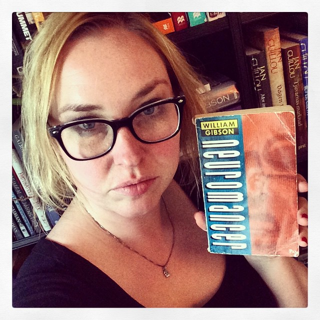 Jag och min favoritbok. #bokhorafotoutmaning #gibson #neuromancer #selfie #bokfie