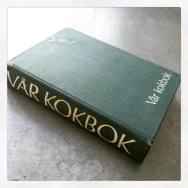 Ligger lite efter i #bokhorafotoutmaning men här kommer #dag5: en kokbok. #Vårkokbok är min go-to-kokbok i alla väder.