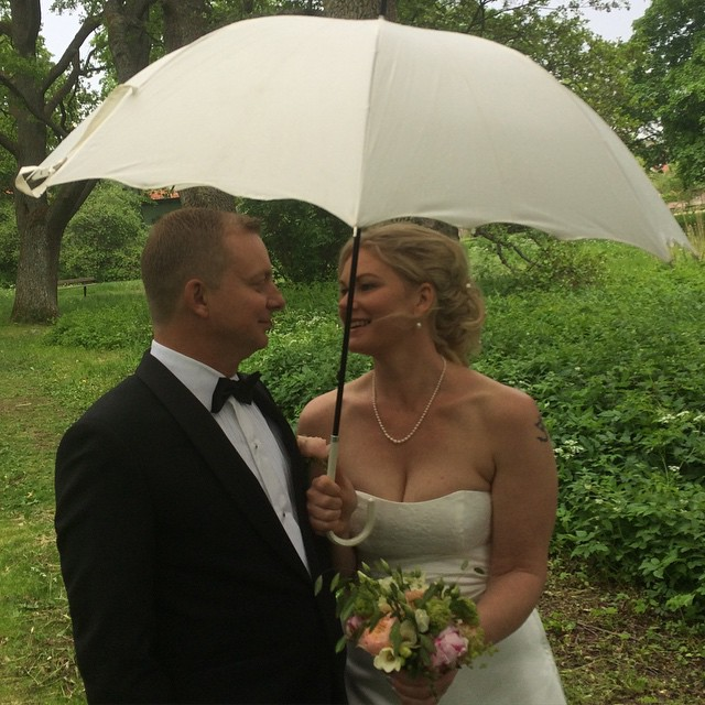 Det regnade tyvärr lite vid fotograferingen men brudparet var fantastiskt vackra ändå. #lindamagnus