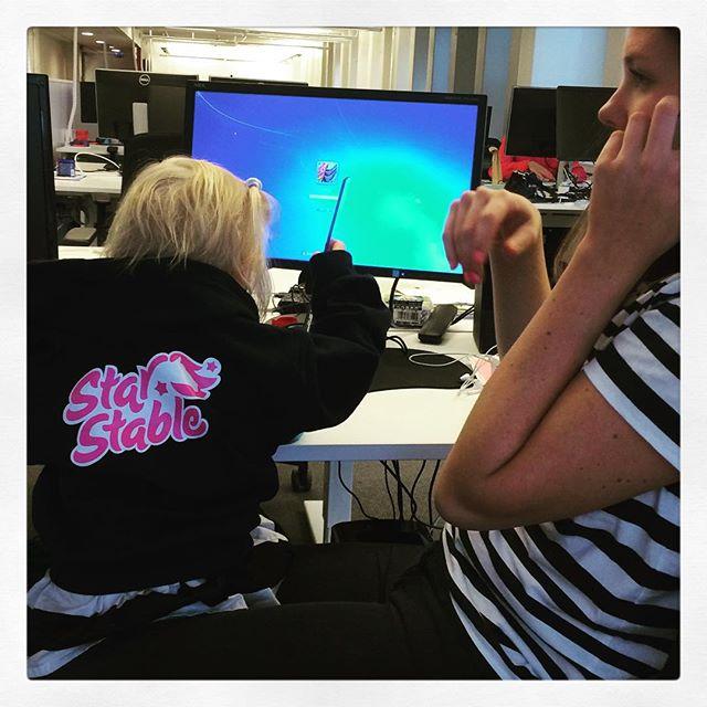 #adabebisen hjälper moster @malingustavsson på jobbet. #starstableonline