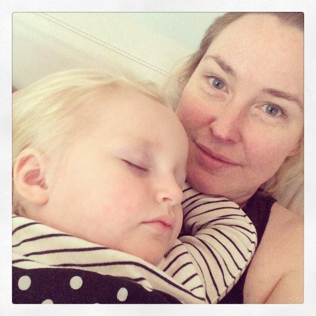 Hemma m liten sjukling som somnade på mig. #vab #adabebisen